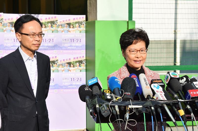 行政長官林鄭月娥(右)今日(十一月二十四日)於二○一九年區議會一般選舉投票後會見傳媒。