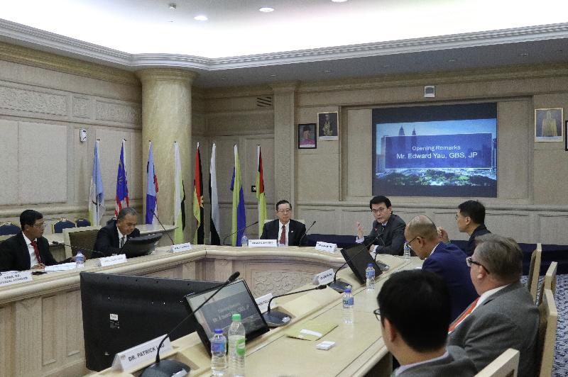 商務及經濟發展局局長邱騰華今日(十一月二十五日)率領由商界和專業服務人士及初創企業代表組成的代表團訪問馬來西亞吉隆坡,並與馬來西亞財政部長林冠英會面。圖示邱騰華(右五)在會面上向林冠英(左三)闡述香港的優勢,並期望兩地加強協作。