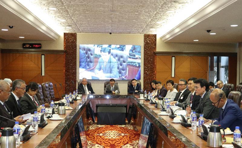 商務及經濟發展局局長邱騰華今日(十一月二十五日)率領由商界和專業服務人士及初創企業代表組成的代表團訪問馬來西亞吉隆坡,並與馬來西亞交通部副部長Dato' Kamarudin Jaffar會面。圖示邱騰華(右二)於會面上向Dato' Kamarudin Jaffar(左二)介紹香港的優勢。「一帶一路」專員葉成輝(右三)及香港駐雅加達經濟貿易辦事處處長羅建偉(右一)亦有出席會面。
