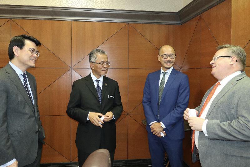 商務及經濟發展局局長邱騰華今日(十一月二十五日)率領由商界和專業服務人士及初創企業代表組成的代表團訪問馬來西亞吉隆坡,並與馬來西亞交通部副部長Dato' Kamarudin Jaffar會面。圖示(左起)邱騰華、Dato' Kamarudin Jaffar、香港駐雅加達經濟貿易辦事處處長羅建偉及投資推廣署署長傅仲森於會面前交談。