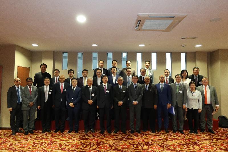 商務及經濟發展局局長邱騰華今日(十一月二十五日)率領由商界和專業服務人士及初創企業代表組成的代表團訪問馬來西亞吉隆坡,並與馬來西亞交通部副部長Dato' Kamarudin Jaffar會面。圖示邱騰華(前排右六)、Dato' Kamarudin Jaffar(前排右七)、「一帶一路」專員葉成輝(前排左七)、香港駐雅加達經濟貿易辦事處處長羅建偉(前排右四)及投資推廣署署長傅仲森(前排右一)與其他代表團成員合照。