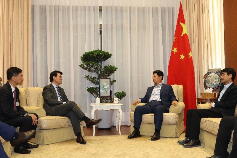 商務及經濟發展局局長邱騰華(左二)今日(十一月二十五日)率領由商界和專業服務人士及初創企業代表組成的代表團訪問馬來西亞吉隆坡,並與中華人民共和國駐馬來西亞特命全權大使白天(右二)會面,向他介紹香港的最新情況。旁為「一帶一路」專員葉成輝(左一)。