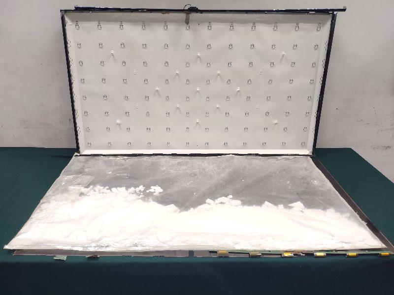 香港海關昨日(十一月二十四日)在香港國際機場一連破獲兩宗分別經客運及貨運渠道的跨境販毒案,共檢獲約四十二點一公斤懷疑氯胺酮、可卡因及冰毒,估計市值超過三千萬元。圖示部分收藏在液晶顯示電視夾層內的懷疑冰毒。