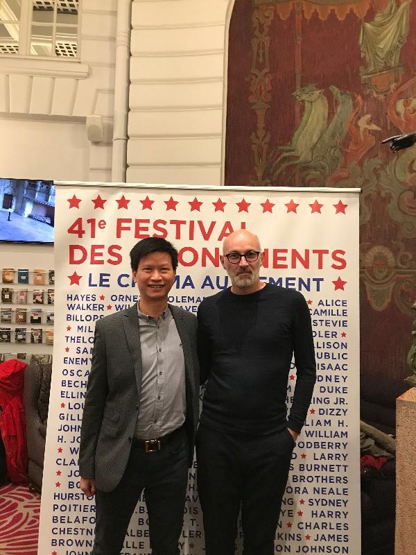 香港駐布魯塞爾經濟貿易辦事處副代表許澤森(左)與南特影展藝術總監Jérôme Baron在十一月二十二日(南特時間)法國南特舉行的南特影展酒會合影。