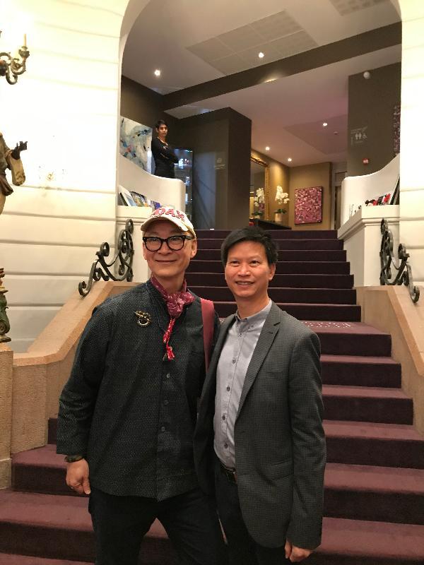 香港駐布魯塞爾經濟貿易辦事處副代表許澤森(右)與香港電影導演楊凡在十一月二十二日(南特時間)法國南特舉行的南特影展酒會合影。