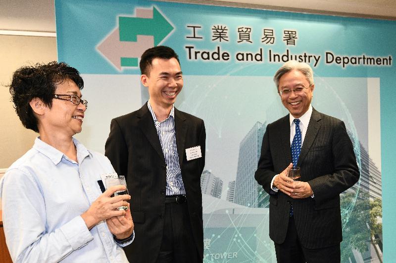 公務員事務局局長羅智光今日(十一月二十七日)到訪工業貿易署。圖示羅智光(右)與部門各職系的員工代表茶敍,就他們關注的事宜交換意見。
