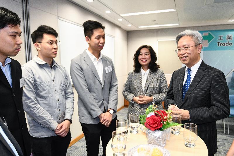 公務員事務局局長羅智光今日(十一月二十七日)到訪工業貿易署。圖示羅智光(右一)與部門各職系的員工代表茶敍,就他們關注的事宜交換意見。旁為工業貿易署署長甄美薇(右二)。