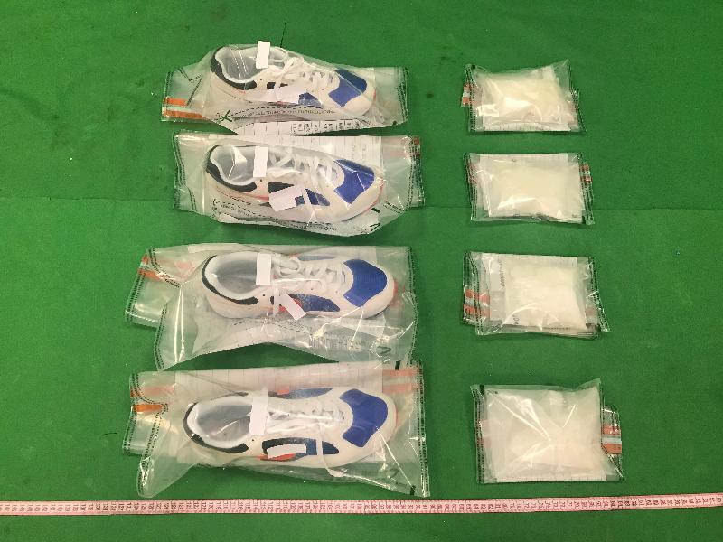 香港海關十一月二十二日及二十三日在香港國際機場分別檢獲約五百二十克懷疑氯胺酮及約一公斤懷疑可卡因,估計市值共約一百六十萬元。圖示檢獲的懷疑氯胺酮及用作收藏毒品的兩對運動鞋。