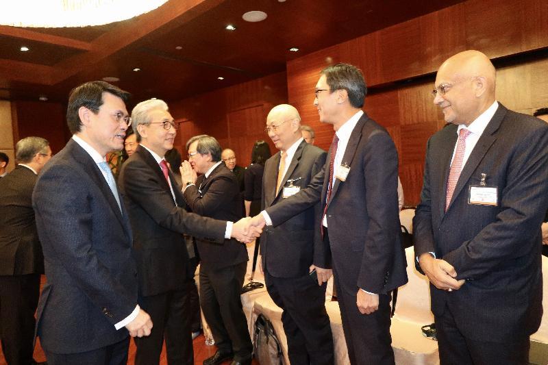 商務及經濟發展局局長邱騰華今日(十一月二十八日)率領商界和專業服務人士及初創企業代表組成的代表團繼續於泰國曼谷的訪問行程,並與泰國副總理頌吉會面。圖示邱騰華(左一)向頌吉(左二)介紹代表團成員。