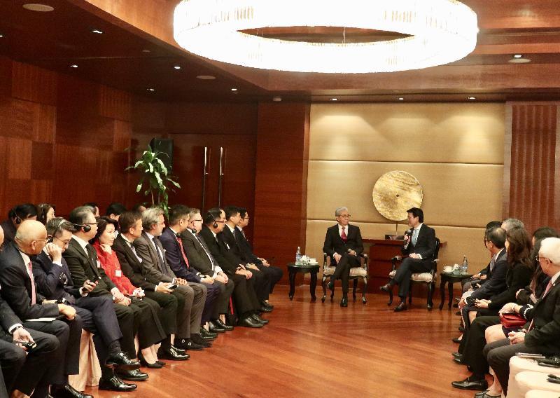 商務及經濟發展局局長邱騰華今日(十一月二十八日)率領商界和專業服務人士及初創企業代表組成的代表團繼續於泰國曼谷的訪問行程,並與泰國副總理頌吉會面。圖示邱騰華(右)及代表團成員與頌吉(左)會面。