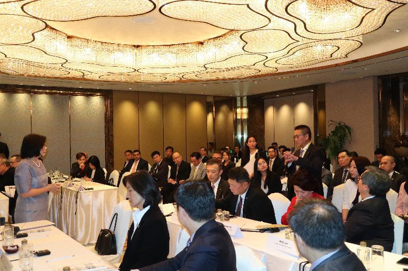 商務及經濟發展局局長邱騰華今日(十一月二十八日)率領商界和專業服務人士及初創企業代表組成的代表團繼續於泰國曼谷的訪問行程。圖示泰國投資促進委員會秘書長馬碧雲(左一)於簡介會上解答代表團成員的提問。