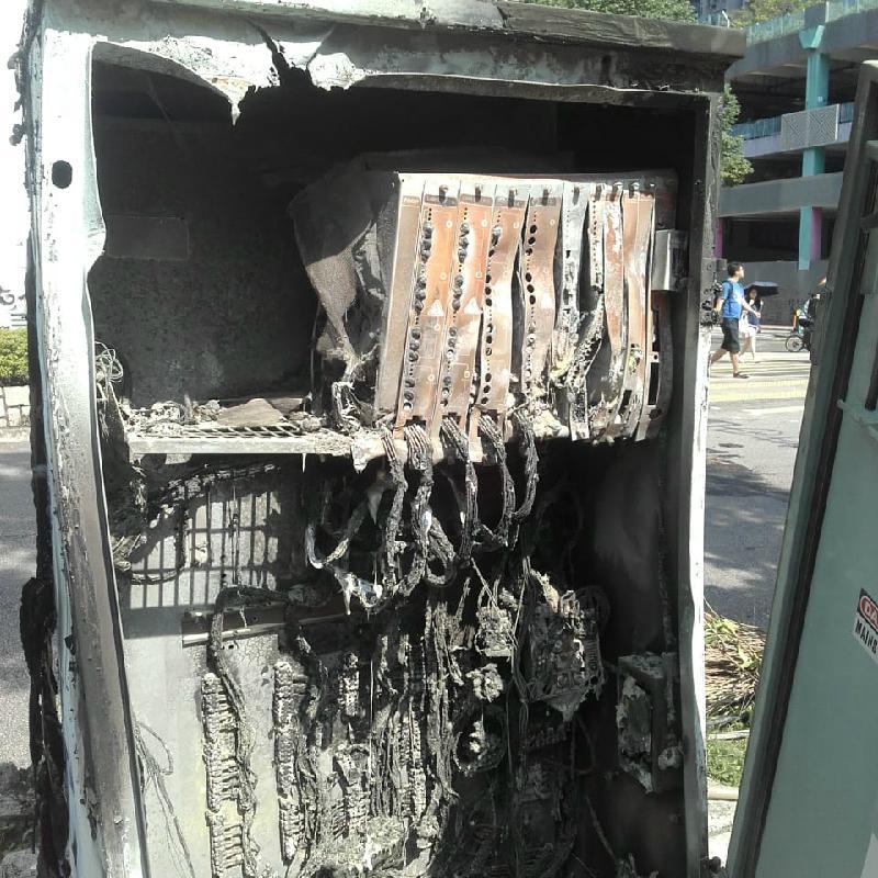 運輸署今日(十一月二十八日)表示,自六月以來,全港各區共有約730組交通燈受到不同程度的破壞,經連月持續搶修,約650組交通燈已恢復正常運作。圖示被焚毀的交通燈控制器。