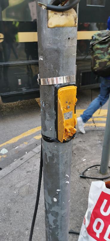 運輸署今日(十一月二十八日)表示,自六月以來,全港各區共有約730組交通燈受到不同程度的破壞,經連月持續搶修,約650組交通燈已恢復正常運作。圖示為視障人士而設的行人過路發聲裝置被破壞。