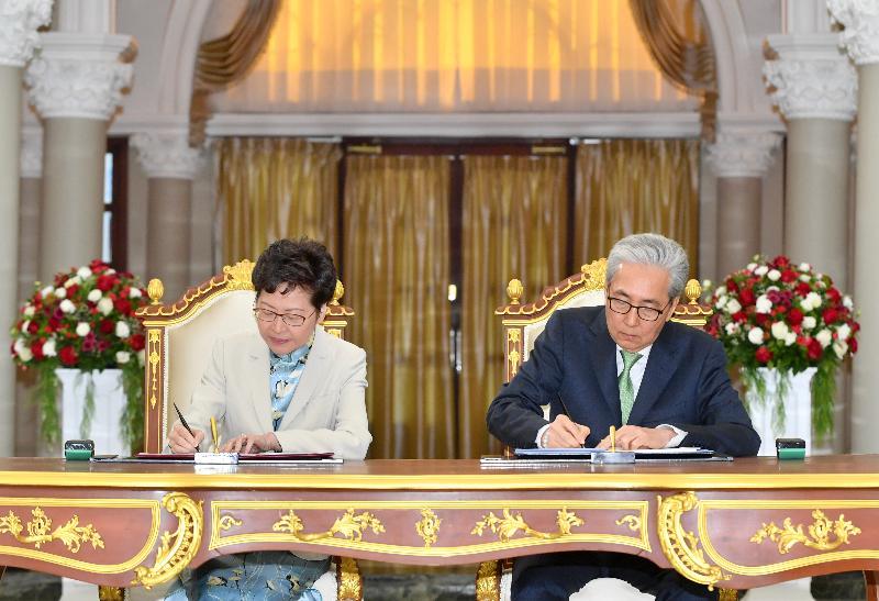 行政長官林鄭月娥今日(十一月二十九日)在泰國曼谷出席備忘錄簽署儀式。圖示林鄭月娥(左)與泰國副總理頌吉簽訂加強兩地經濟關係的諒解備忘錄。