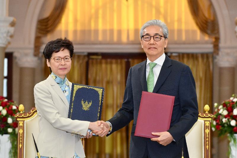 行政長官林鄭月娥今日(十一月二十九日)在泰國曼谷出席備忘錄簽署儀式。圖示林鄭月娥(左)與泰國副總理頌吉在簽署加強兩地經濟關係的備忘錄後合照。