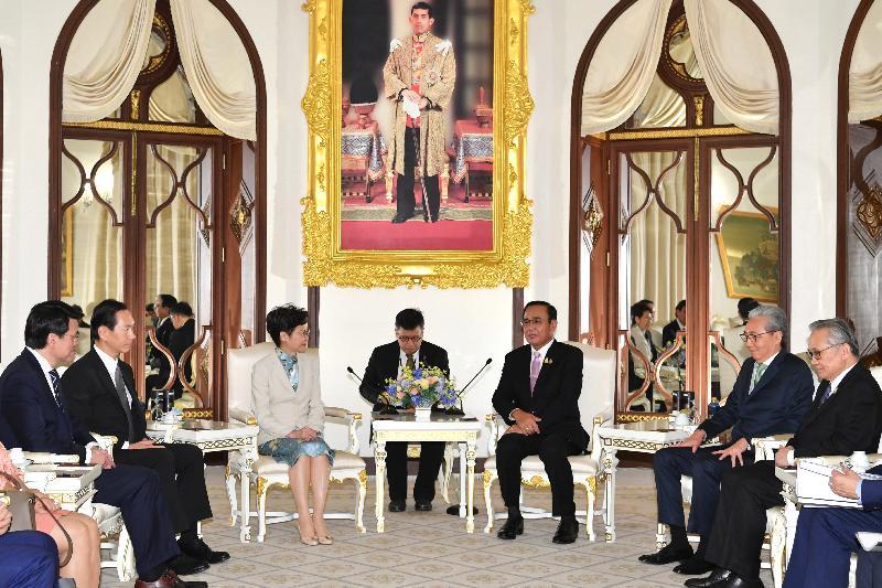 行政長官林鄭月娥(左三)今日(十一月二十九日)在泰國曼谷拜會泰國總理巴育(右三)。泰國副總理頌吉(右二)、行政會議非官守議員召集人陳智思(左二)和商務及經濟發展局局長邱騰華(左一)亦有出席。