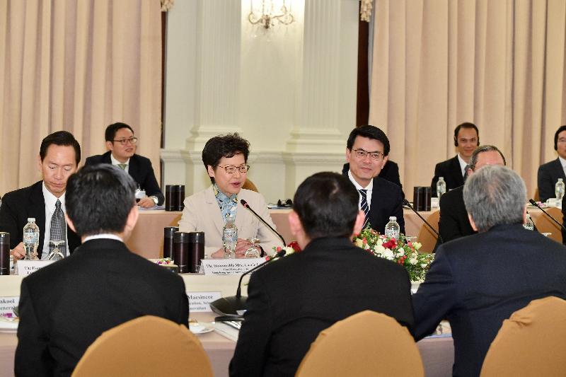 行政長官林鄭月娥(左三)今日(十一月二十九日)在泰國曼谷與泰國副總理頌吉會面。圖示行政會議非官守議員召集人陳智思(左一)和商務及經濟發展局局長邱騰華(左四)亦有出席。