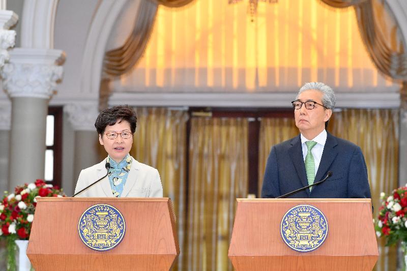 行政長官林鄭月娥今日(十一月二十九日)在泰國曼谷出席備忘錄簽署儀式。圖示林鄭月娥(左)與泰國副總理頌吉在簽訂加強兩地經濟關係的諒解備忘錄後主持新聞發布會。