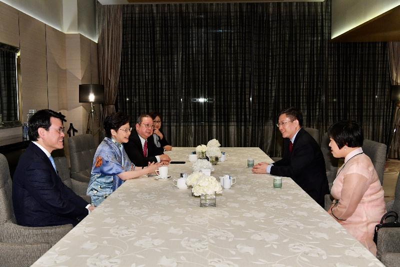 行政長官林鄭月娥昨日(十一月二十八日)在泰國曼谷出席特區政府為中國駐泰王國特命全權大使呂健所設的晚宴。圖示林鄭月娥(左二)和呂健(右二)在晚餐前作簡短會面。行政會議成員及香港交易及結算所有限公司主席史美倫(左四)、商務及經濟發展局局長邱騰華(左一)和香港貿易發展局主席林建岳博士(左三)亦有出席。
