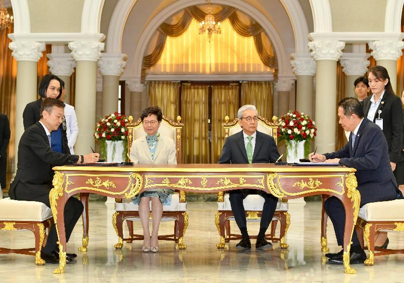 行政長官林鄭月娥今日(十一月二十九日)在泰國曼谷出席諒解備忘錄簽署儀式。圖示林鄭月娥(左二)和泰國副總理頌吉(右二)見證香港工業總會與Federation of Thai Industries代表簽署諒解備忘錄。
