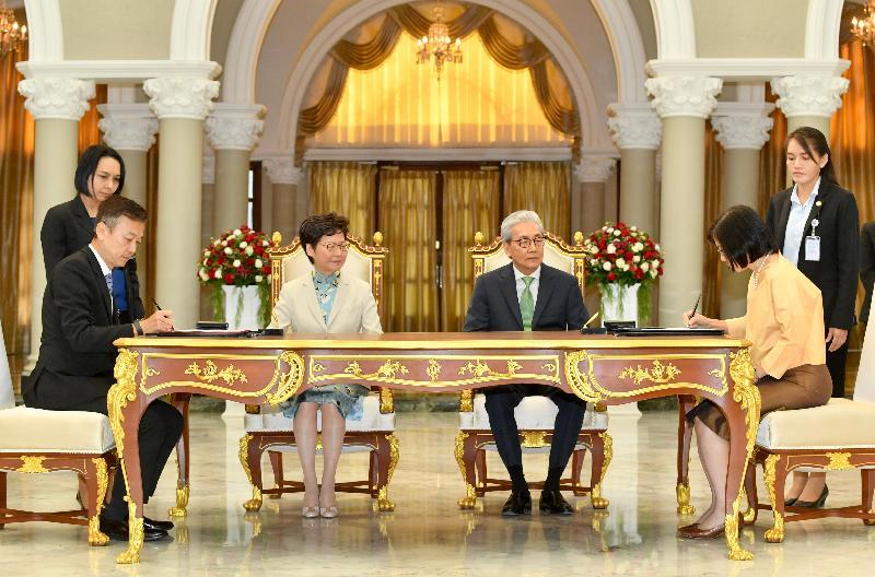 行政長官林鄭月娥今日(十一月二十九日)在泰國曼谷出席諒解備忘錄簽署儀式。圖示林鄭月娥(左二)和泰國副總理頌吉(右二)見證香港工業總會與Board of Investment of Thailand的代表簽署諒解備忘錄。