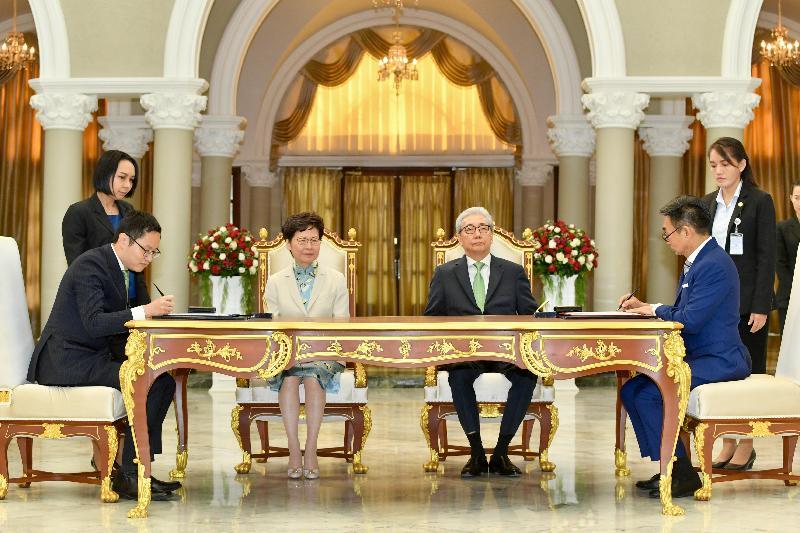 行政長官林鄭月娥今日(十一月二十九日)在泰國曼谷出席諒解備忘錄簽署儀式。圖示林鄭月娥(左二)和泰國副總理頌吉(右二)見證香港貿易發展局與Creative Economy Agency的代表簽署諒解備忘錄。