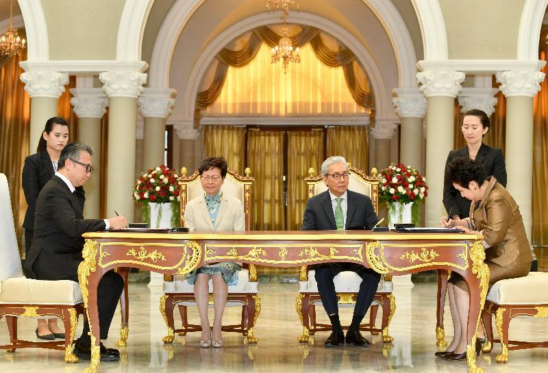 行政長官林鄭月娥今日(十一月二十九日)在泰國曼谷出席諒解備忘錄簽署儀式。圖示林鄭月娥(左二)和泰國副總理頌吉(右二)見證香港設計中心與Creative Economy Agency的代表簽署諒解備忘錄。