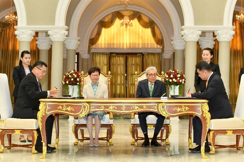 行政長官林鄭月娥今日(十一月二十九日)在泰國曼谷出席諒解備忘錄簽署儀式。圖示林鄭月娥(左二)和泰國副總理頌吉(右二)見證香港科技園公司與National Science and Technology Development Agency的代表簽署諒解備忘錄。