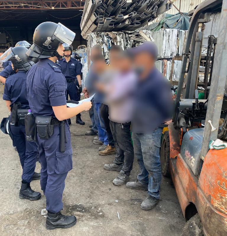 入境事務處一連三日(十二月一至三日)展開代號「突破行動」的反非法勞工行動。圖示調查人員查閱僱員的身分證明文件。