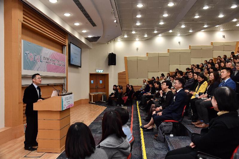衞生署今日(十二月五日)推出「香港學前兒童口語(粵語)能力測試」。此測試是首套由本地研發及全面的粵語語言評估工具,有助言語治療師更準確診斷本地兒童的語言發展障礙。圖示衞生署副署長林文健醫生(左)今日在署方為本地言語治療業界舉辦有關測試工具的簡介會致辭。