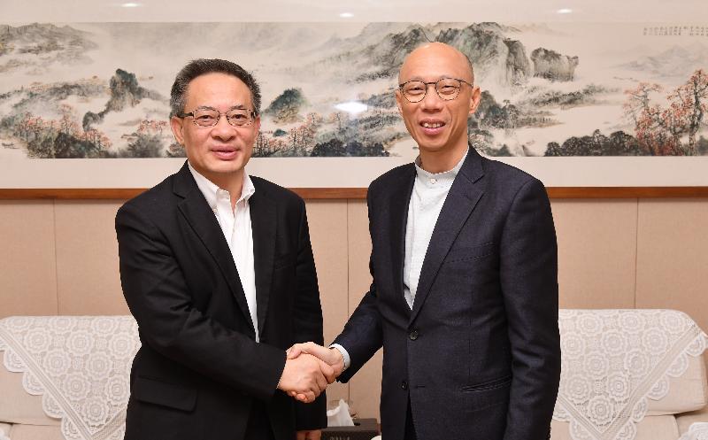 「粵港環保及應對氣候變化合作小組」第一次會議今日(十二月十二日)在廣州舉行。環境局局長黃錦星(右)與廣東省生態環境廳廳長魯修祿(左)在會議前合照。