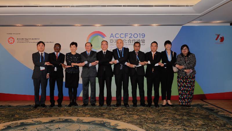 民政事務局局長劉江華(左五)今日(十二月十二日)出席第十一屆亞洲文化合作論壇文化部長座談會,與來自九個亞洲國家的文化部長和高層官員合照。