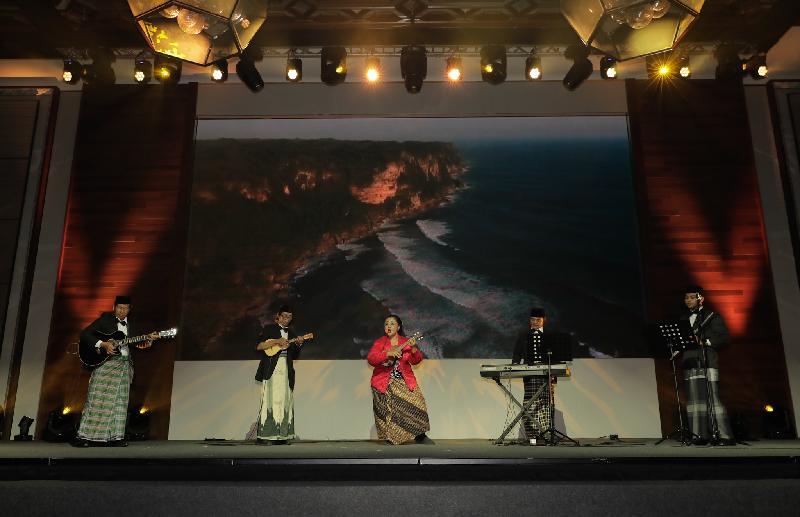 第十一屆亞洲文化合作論壇重點活動──亞洲文化部長座談會今日(十二月十二日)上午舉行。本年度首次邀請來自歐亞城市的表演團,連同本地樂手於大會午宴期間表演,讓來賓感受不同地區的文化。