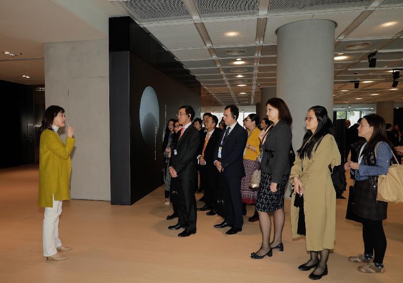 第十一屆亞洲文化合作論壇重點活動──亞洲文化部長座談會今日(十二月十二日)上午舉行。出席論壇的代表團下午到香港藝術館參觀。