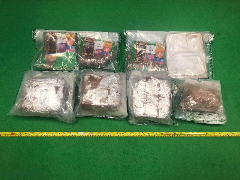 香港海關昨日(十二月十一日)在落馬洲管制站檢獲約兩公斤懷疑冰毒及約一點六公斤懷疑氯胺酮,估計市值共約二百五十萬元。