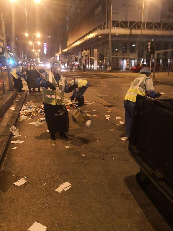 圖示食物環境衞生署外判潔淨服務承辦商工人今早(十二月十六日)在旺角區大型人群活動後清掃街道。