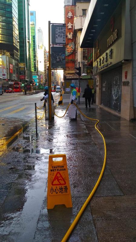 圖示食物環境衞生署外判潔淨服務承辦商工人今早(十二月十六日)在旺角區大型人群活動後進行街道清洗工作。
