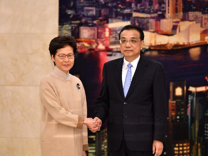 行政長官林鄭月娥(左)今日(十二月十六日)上午在北京向國務院總理李克強述職,匯報香港經濟、社會和政治方面的最新情況。圖示二人在會面前握手。