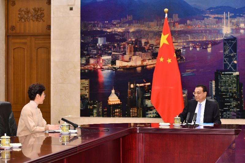 行政長官林鄭月娥(左)今日(十二月十六日)上午在北京向國務院總理李克強述職,匯報香港經濟、社會和政治方面的最新情況。