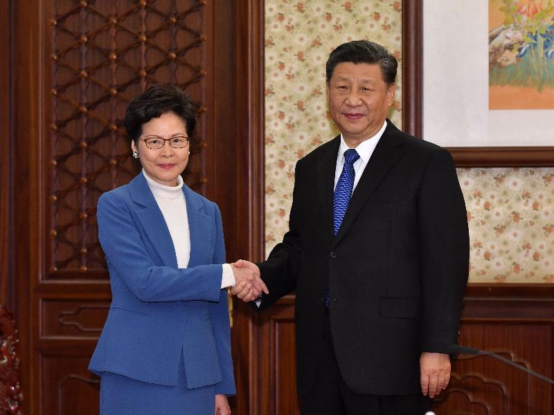 行政長官林鄭月娥(左)今日(十二月十六日)下午在北京向國家主席習近平述職,匯報香港經濟、社會和政治方面的最新情況。圖示二人在會面前握手。