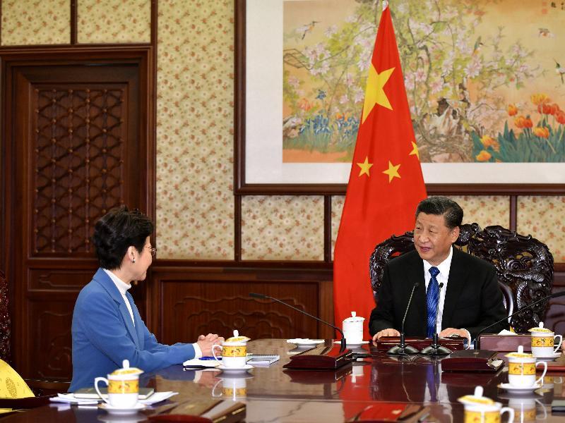 行政長官林鄭月娥(左)今日(十二月十六日)下午在北京向國家主席習近平述職,匯報香港經濟、社會和政治方面的最新情況。