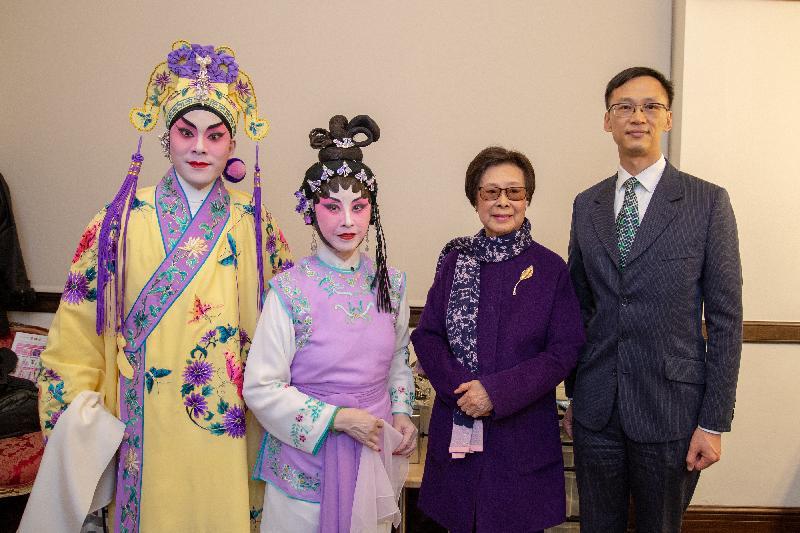 圖示香港駐三藩市經濟貿易辦事處處長蔣志豪(右)、來自香港的梁兆明 (左)、來自三藩市的馬秀端 (左二)及藝術總監羅艷卿 (右二)十二月十三日(三藩市時間)於三藩市出席粵劇表演前攝。