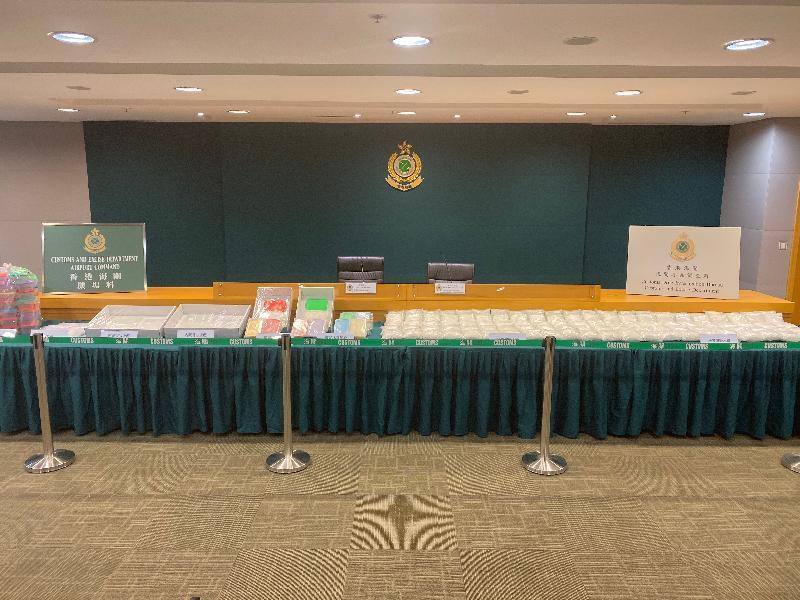 香港海關十二月五日在香港國際機場檢獲約一百一十公斤懷疑冰毒,估計市值約七千七百萬元。這是海關自二○一○年以來破獲最大宗的販運冰毒案件,亦是有紀錄以來海關在邊境管制站檢獲的最大批懷疑冰毒。