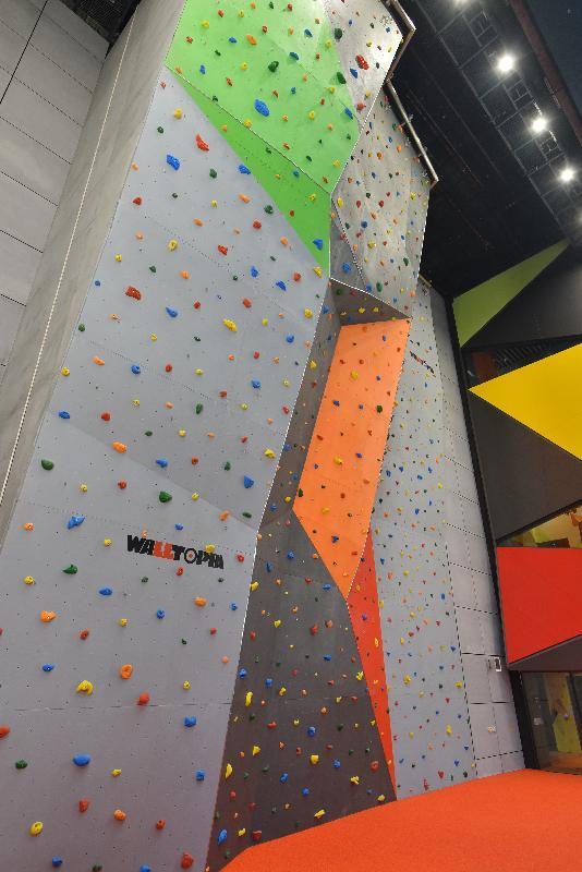 位於兆麟體育館二樓的戶外運動攀登牆將於十二月三十一日正式啟用,為居民提供多樣化的康體設施。