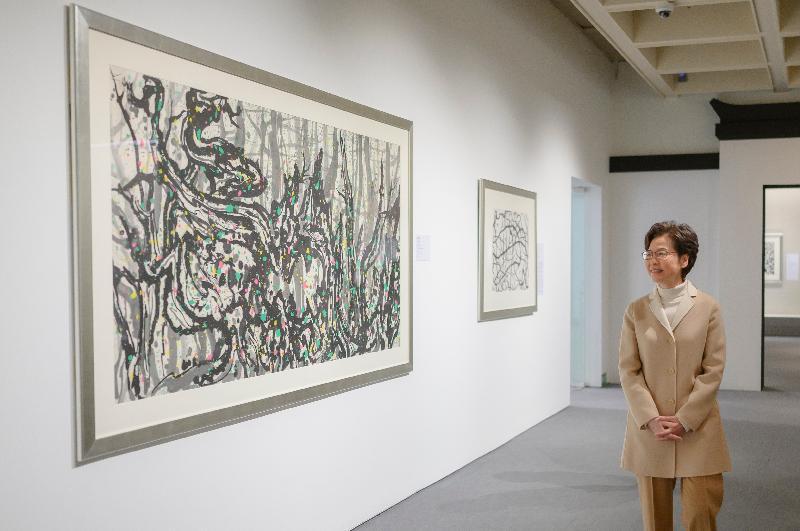 行政長官林鄭月娥今日(十二月二十七日)到尖沙咀參觀剛於上月底以全新面貌開放予公眾的香港藝術館,了解擴建和翻新後的藝術館的建築特色和提升的設施。圖示林鄭月娥參觀館內展品。