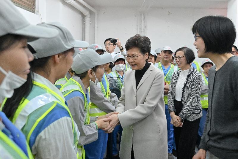 行政長官林鄭月娥(左四)今日(一月八日)在食物及衞生局局長陳肇始教授(右二)陪同下,到旺角探訪在當區工作的食物環境衞生署合約清潔員工,感謝他們一直辛勤工作,為香港默默耕耘。