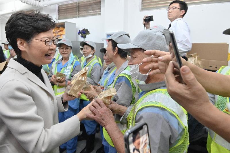 行政長官林鄭月娥今日(一月八日)到旺角探訪在當區工作的食物環境衞生署合約清潔員工,感謝他們一直辛勤工作,為香港默默耕耘。圖示林鄭月娥(左一)向他們送上曲奇餅。