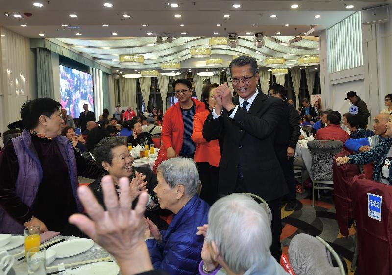 財政司司長陳茂波今日(一月九日)傍晚出席香港工會聯合會舉辦的「關懷全港獨居長者 鼠歲喜臨門團年宴」。圖示陳茂波(後排右一)向長者問好,祝願他們在新一年健康愉快。