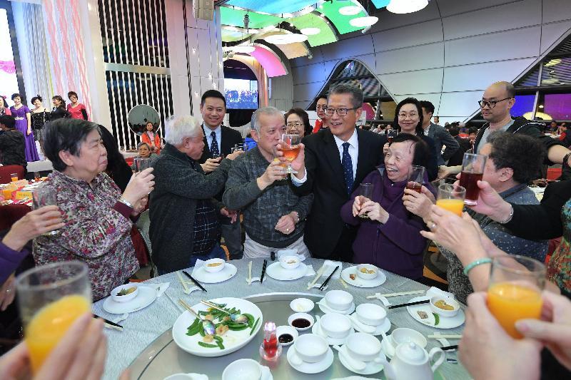 財政司司長陳茂波今日(一月九日)傍晚出席香港工會聯合會舉辦的「關懷全港獨居長者 鼠歲喜臨門團年宴」。圖示陳茂波(前排右三)和勞工及福利局副局長徐英偉(後排左一)向長者問好。