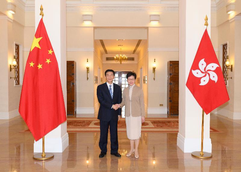 行政長官林鄭月娥(右)今日(一月九日)在禮賓府與新任中央人民政府駐香港特別行政區聯絡辦公室主任駱惠寧(左)會面。
